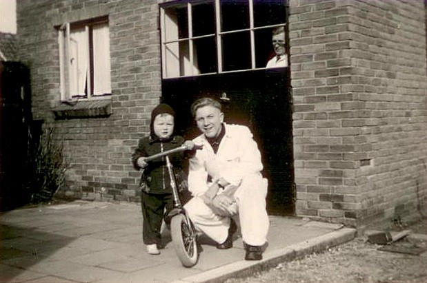 1963 Vader Frits met Johan, opa Johan kijkt door het raam